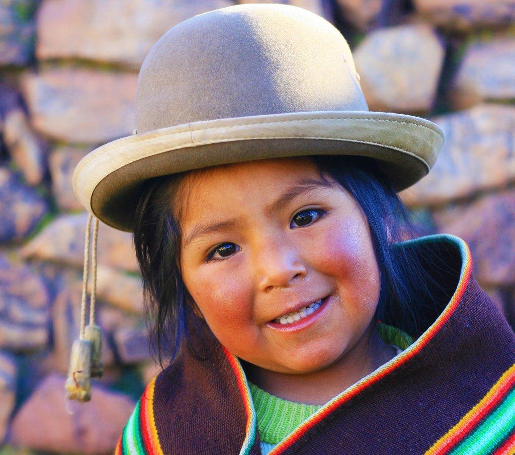 Ein Aymara Mädchen lächelt.