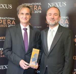 Intendant Roland Geyer und VBW-Generaldirektor Thomas Drozda mit dem International Opera Award 2016 (Foto: Daniel Jones / International Opera Award)