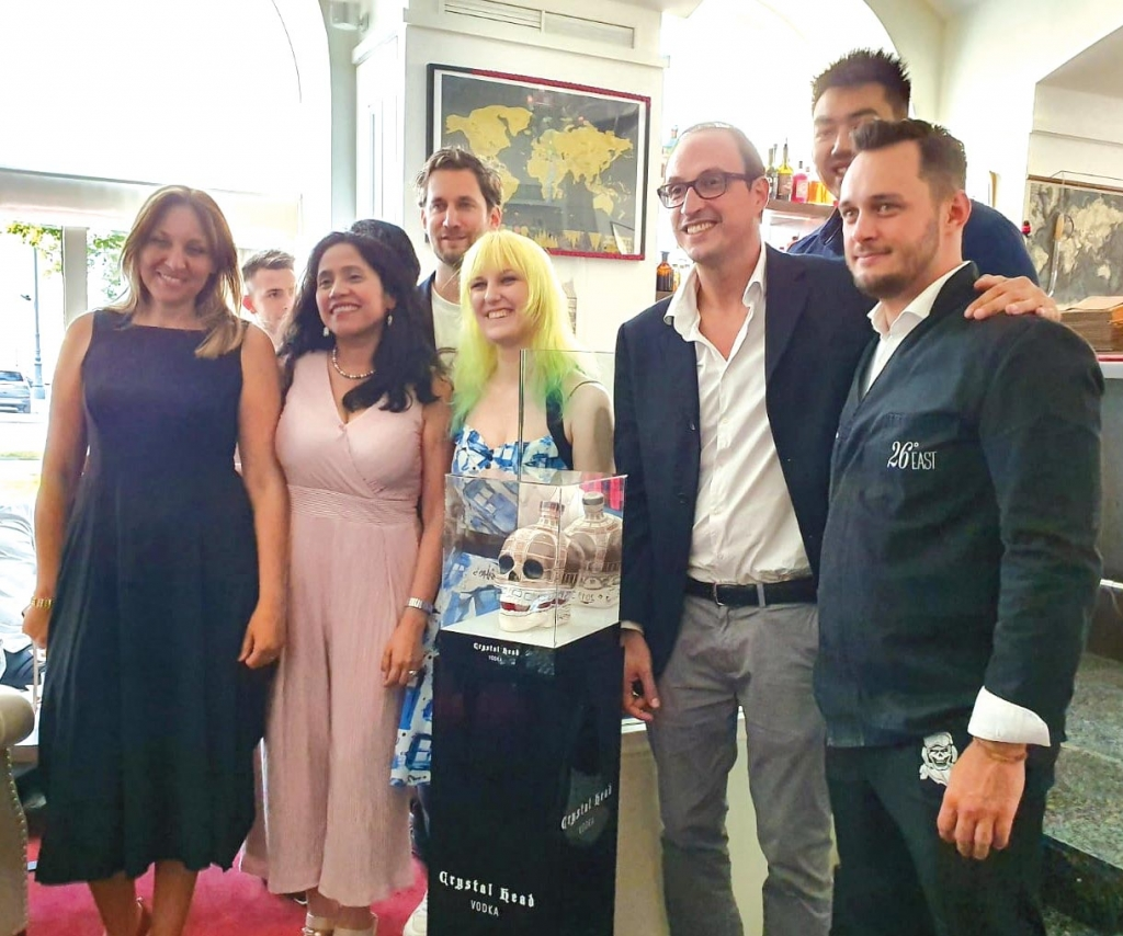v.l.n.r.: Maria Kitsati, Managerin von Vienna Distribution; María Taramona von Zeitshcrift CulturaLatina; Maurice van Vliet, CEO von Vienna Distribution; Künstlerin Claudia Baumgartner; Sebastian Belvedere, Alex Nguyen von Vienna Distribution und David Penker Manager der 26°EAST Bar.